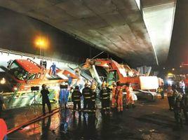 """无锡大桥崩塌,""""疯狂的货车""""为何屡禁不止?"""